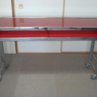 赤いガラス天板のネストテーブル
