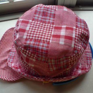 ベビー用の赤いチェック帽子