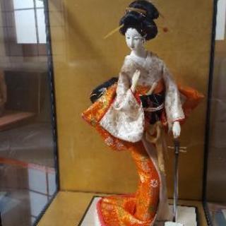 ガラスケース入り日本人形