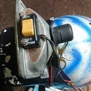 オフロードバイク用などに、バイザー、ライト付き