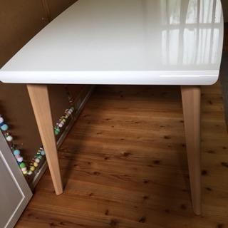 ダイニングテーブルと椅子2脚
