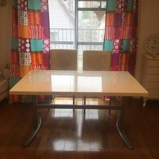 白 テーブル 回転椅子