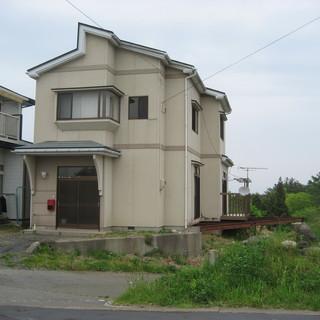 余裕の部屋数、 静かな角地 に建つ一軒家