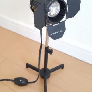 高さ約28cmの小型コンセント照明(スポットライト型)