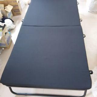 アイリスオーヤマのベースマット付きシンプルベッドです。