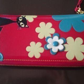 猫柄の赤い財布
