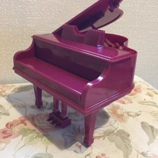 ピアノ形の貯金箱とクマと椅子