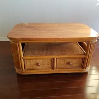 藤製のテーブル