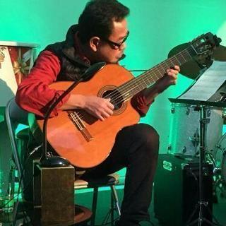 ギターやウクレレの演奏または弾き語り、エレキベース~ジャズ、ボサ...