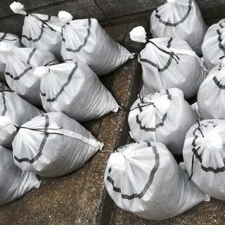土嚢袋:土のう袋あげます(中身は土+川砂利)。
