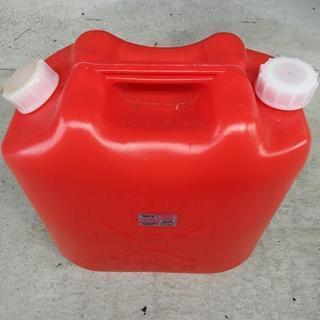 灯油缶プラスチック、3缶中2缶半程中身が入っている。