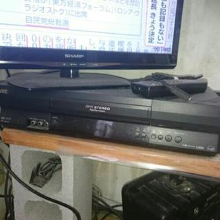 victor ビデオレコーダー VHS と リモコンの画像