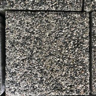 インターロッキング・レンガ・石・ブロックなどいろいろあります。