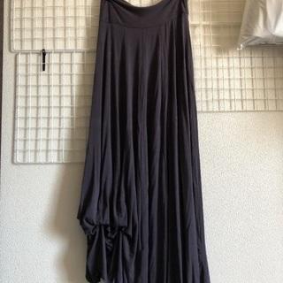グレーのロングスカート