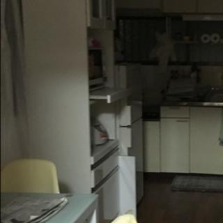 レンジ台付き食器棚、二人掛けのテーブルセット