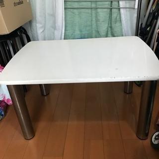 低いテーブル