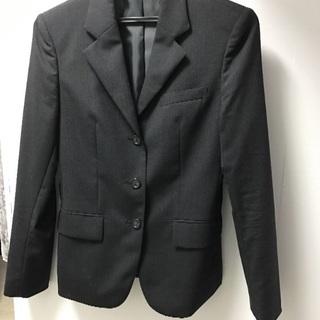 ブラックのウール100%のスーツになります。