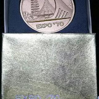 記念メダルと置物