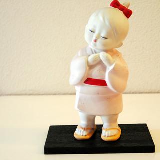 値下げ:黄色い鼻緒のぞうりを履いた陶器製の人形です。博多人形?
