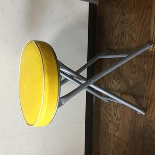 黄色いクッションのある座とスチールの脚のスツール(取りに来られる方へ)