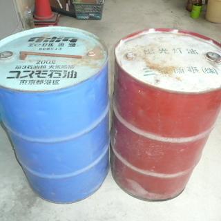 灯油用ドラム缶とポリ容器