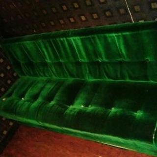 三人掛けソファ緑、素材はベルベット