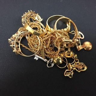 古いアクセサリー・貴金属・宝石高価買取り致します。
