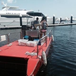 マリーナ内の小さな船で飲み物食べ物販売