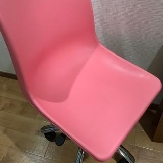 ピンクのキャスター付き椅子!