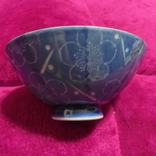青地に梅柄のお茶碗 軽いお茶碗です。 美品です。
