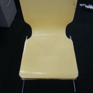 椅子 薄黄色