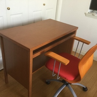 パソコン用ディスク[キーボード専用引き出し付き]と椅子