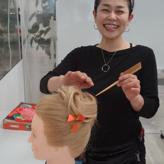 ヘアメイク、着付け、ボディアートすべてが同時に学べる、大阪梅田のヘアメイクスクール メイクボックスです。 - 教室・スクール