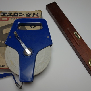 レトロな木製水平器 & セキスイの50m巻き尺 500円