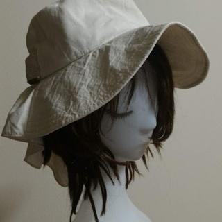 リボン付きつば広帽子