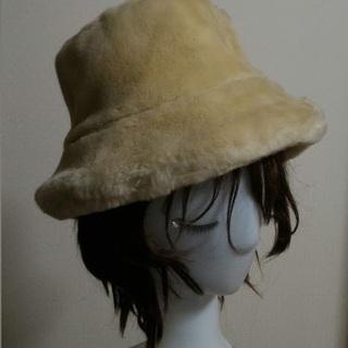クリーム色のふわふわアクリル帽子