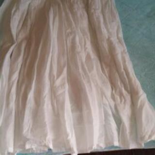 白地のロングスカート