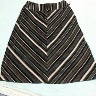 斜めストライプ柄のスカート