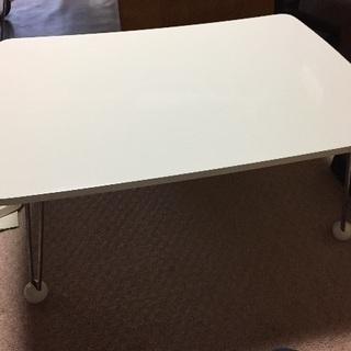 白のテーブル