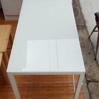 白い横長テーブル