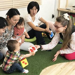 外国人ママの英会話講師とベビー英会話レッスン(0歳〜5歳の親子)