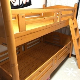 木製の丈夫な二段ベッド