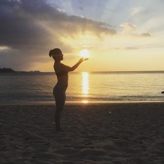 那覇でビーチサイドヨガ