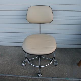 オフホワイトの合皮回転椅子 昇降機能あり ひとつめ