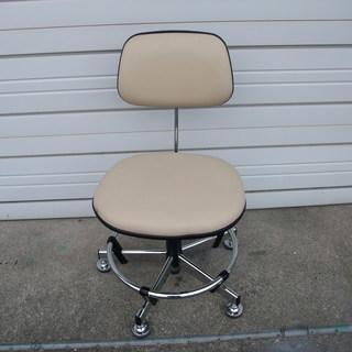 オフホワイトの合皮回転椅子 昇降機能あり ふたつめ