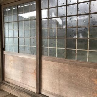 お寺の本堂の大きな木製のガラス戸