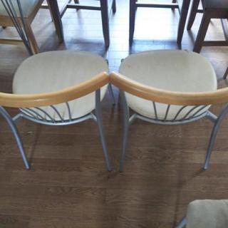 スチール性の丈夫な椅子です。