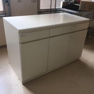 白い収納力抜群のキッチン収納