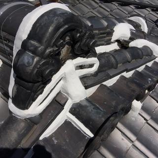 屋根の修繕を職人が直接行います