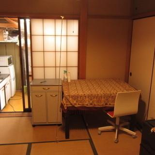 静かな6畳和室、台所つき。トイレ、シャワーは共用。